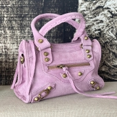 INSPIRATION ✨/  Sac Daim Mini est de retour, en plusieurs couleurs et en plusieurs dimensions ! 🛒💻❤️  #boutiqueangelsfleron #boutiqueangelsheusy #boutiqueangelsheusy #heusy #beaufays #fleron #liege #belgium #anywhere #beautifulgirl #blog #blogueusemode #blogueuse #mode #clothes #shop #onlineshopping #online #instagram #instaclothes #belgium #liege #blondehair #addicted #clothes #2021 #newcollection #outfitinspiration #outfitoftheday #bag #instabags